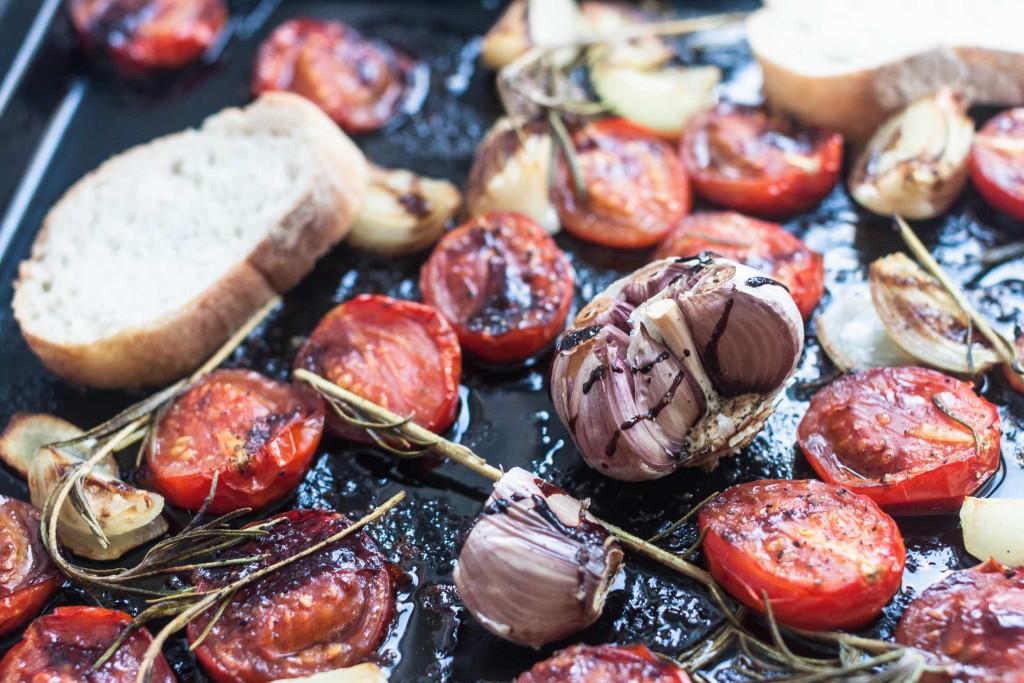 Pastamaniac: Pasta mit Ofen-Tomaten und Knoblauch, dazu Rosmarin und Olivenöl