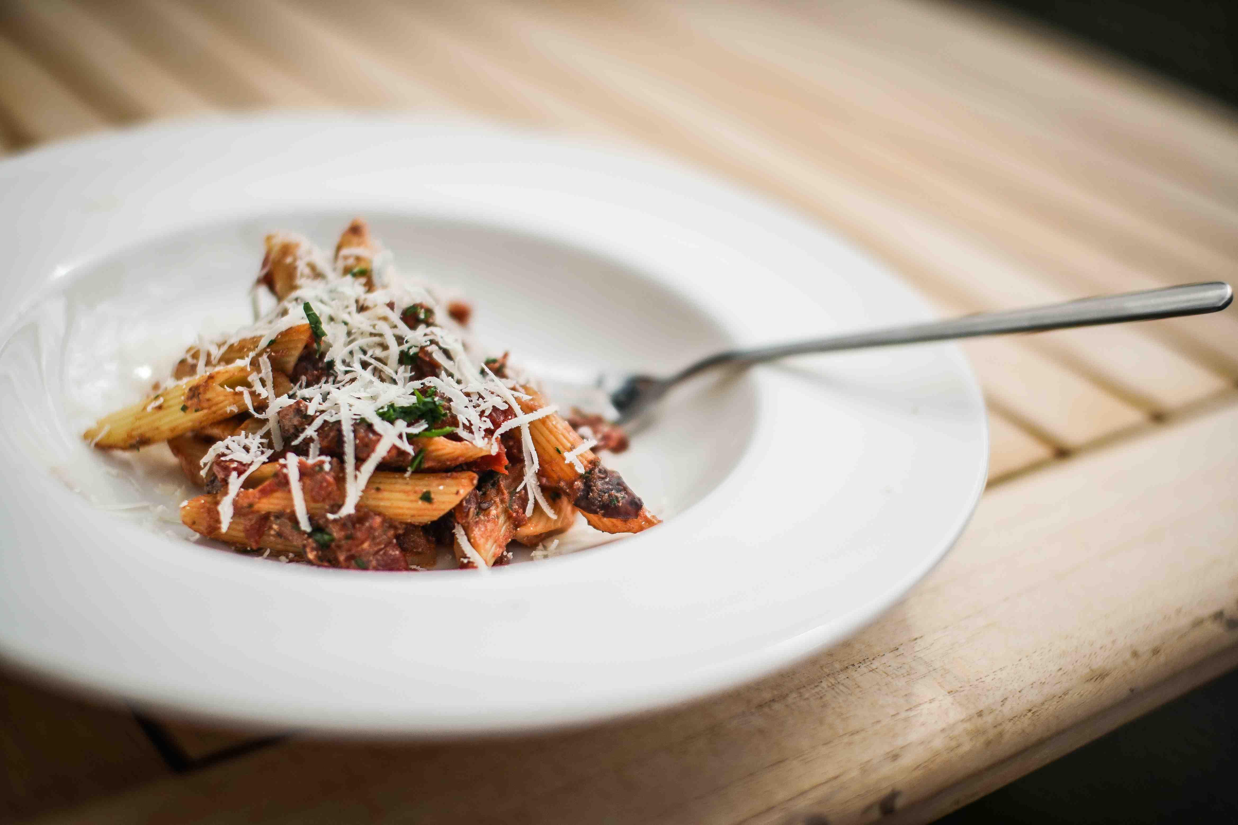 siktwinfood: Pennette in Padella Leckere Pasta mit Auberginen in Rotwein-Tomatensauce und Parmesan