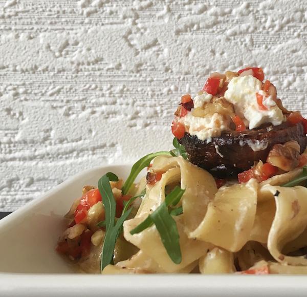 Pastamaniac-Pasta mit gebackenen roten Zwiebeln und Walnuss-Salsa nach Ottolenghi
