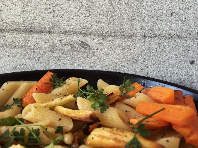Pastamaniac: Penne mit Ofengemüse - geröstete Karotten und Pastinaken, Knoblauch, mit Petersilie