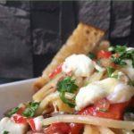 Schnelle Pasta: Rezept für Nudeln mit Paprika, Schafskäse, Sonnenblumenkerne und Petersilie. Vegetarisch