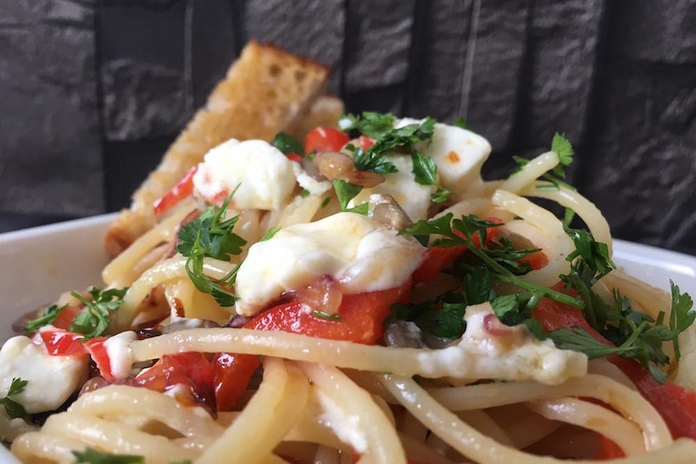 Pastamaniac: Spaghetti mit Paprika, Zwiebeln, Schafskäse und Sonnenblumenkerne