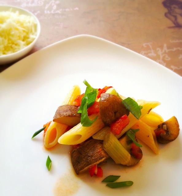 Pastamaniac - Pasta mit Champignons und Frühlingszwiebeln in Weißweinsauce mit Tomaten