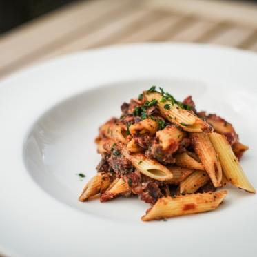 Pastmaniac: Pennette in Padella Leckere Pasta mit Auberginen in Rotwein-Tomatensauce und Parmesan