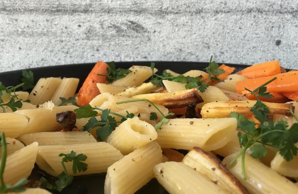 Pastamaniac: Penne mit Ofengemüse, geröstete Karotten, Pastinake, Knoblauch, serviert mit Petersilie