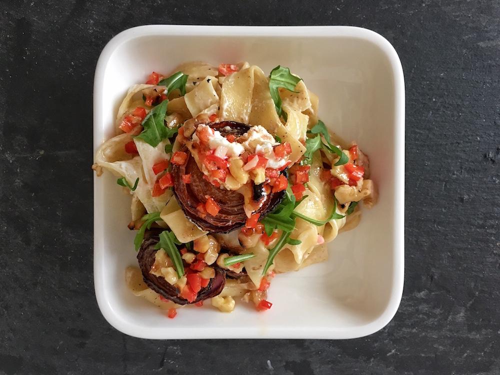 Pastamaniac: Pasta mit gebackenen roten Zwiebeln und Walnuss-Salsa