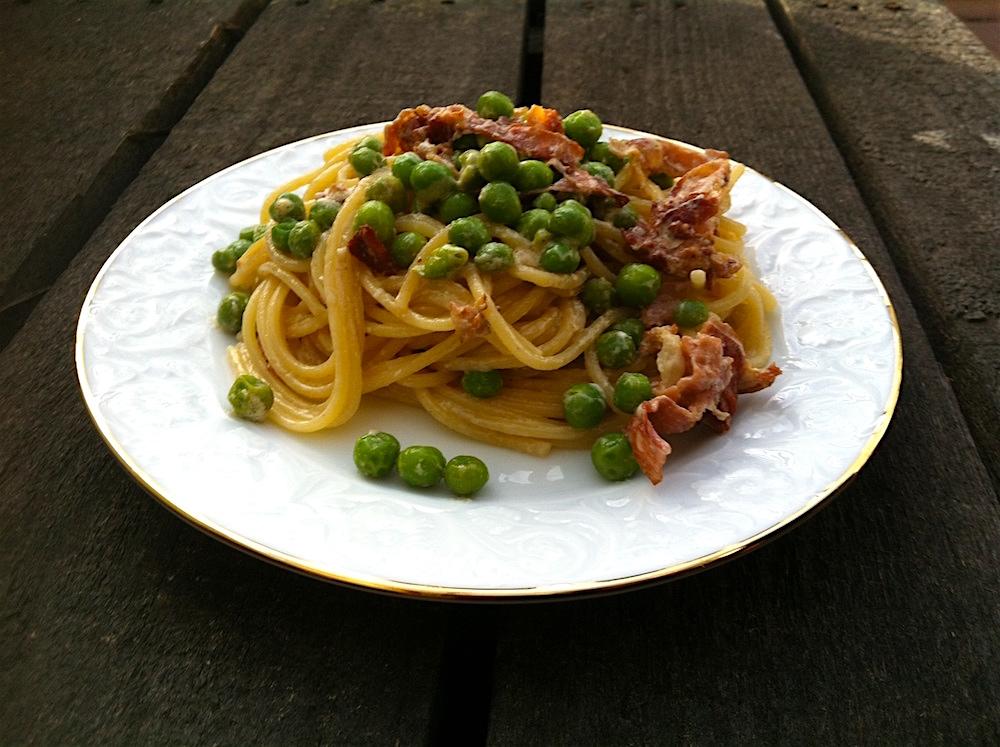 spaghetti mit erbsen und speck pastamaniac. Black Bedroom Furniture Sets. Home Design Ideas