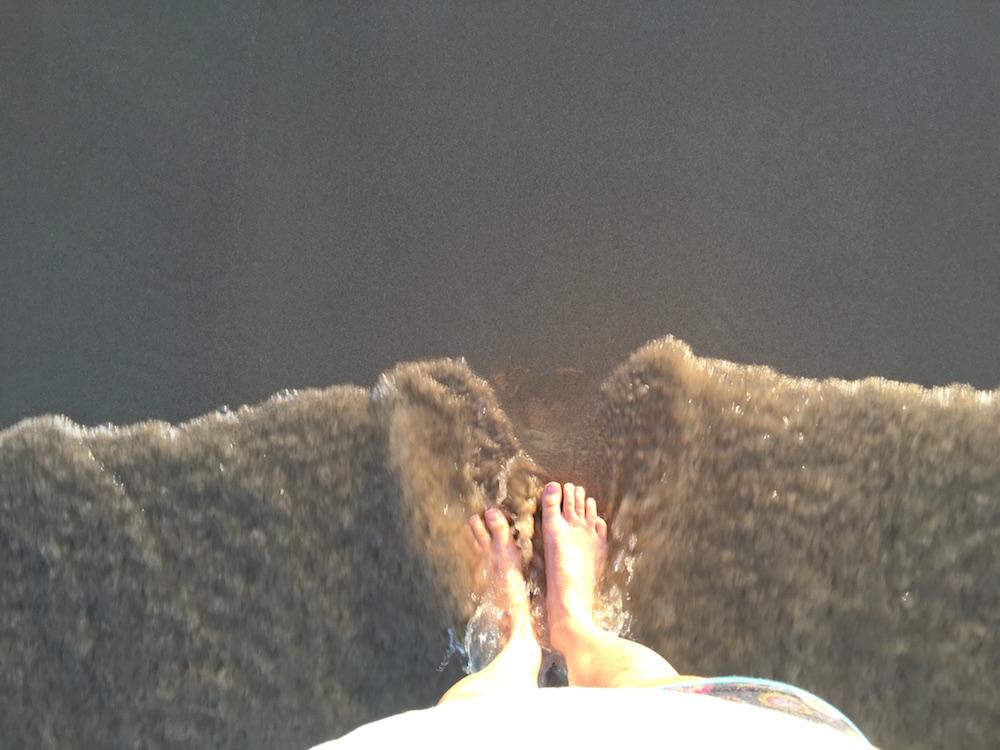 Pastamaniac - Von Vorurteilen und Essgewohnheiten. Nackte Füße im Meer am Strand