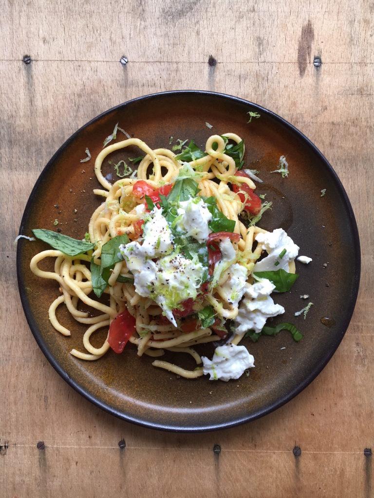 Pastamaniac: Spaghetti mit Pomodori, Basilikum und Burrata