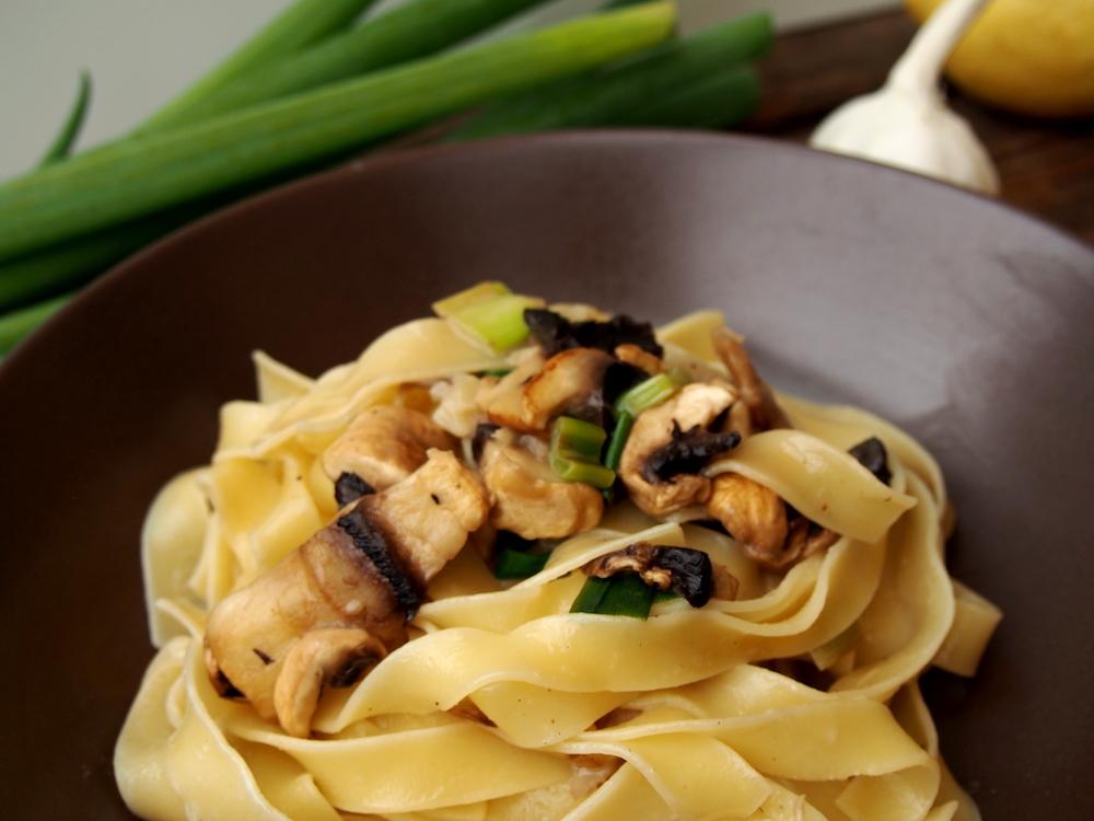 Pastamaniac: Gastbeitrag von applethree.de - Pasta mit Frühlingszwiebeln und Champignons in Zitronensoße