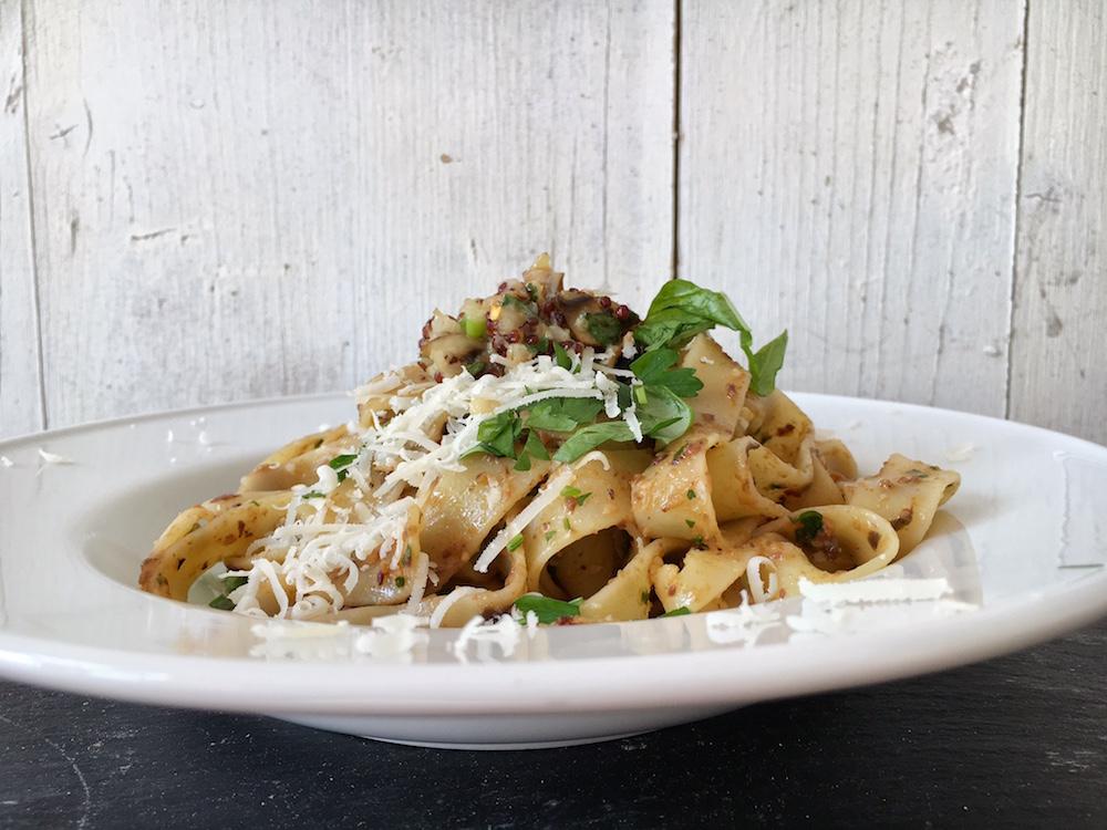 Pastamaniac: Spaghetti mit Auberginen-Mandel-Pesto und Quinoa-Zitronen-Bällchen