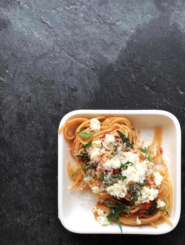 Spaghetti mit gegrilltem Kräuterricotta, Tomaten, Rauke und Parmesan