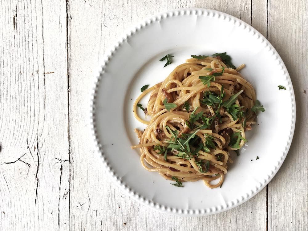 Spaghetti mit Balsamicozwiebeln und Rauke, vegetarisches Nudelrezept