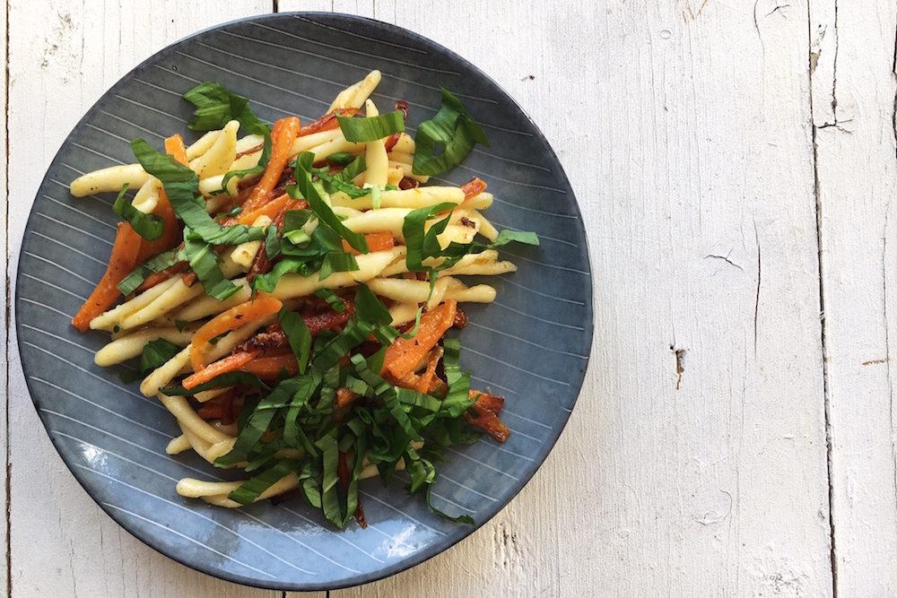 Nudeln mit geschmorten Karotten und Bärlauch. Schnelles, vegetarisches Frühlingsrezept. Vegan. In 30 Minuten fertig.