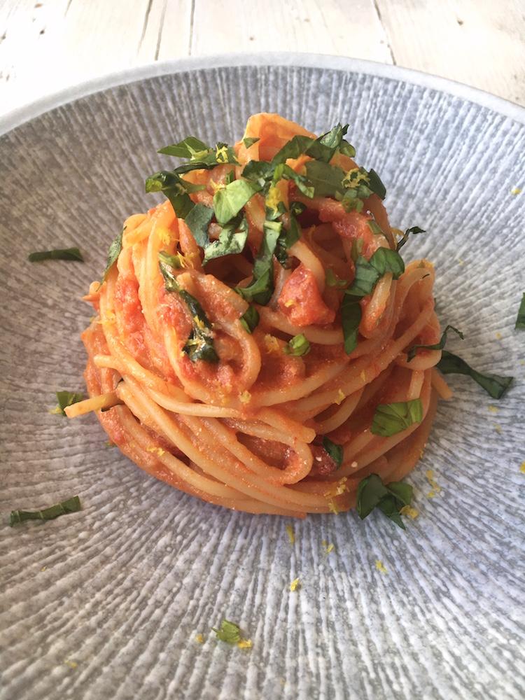 Spaghetti mit Tomaten-Ricotta-Sauce, Basilikum und Zitronenabrieb. Vegetarisches Nudelrezept