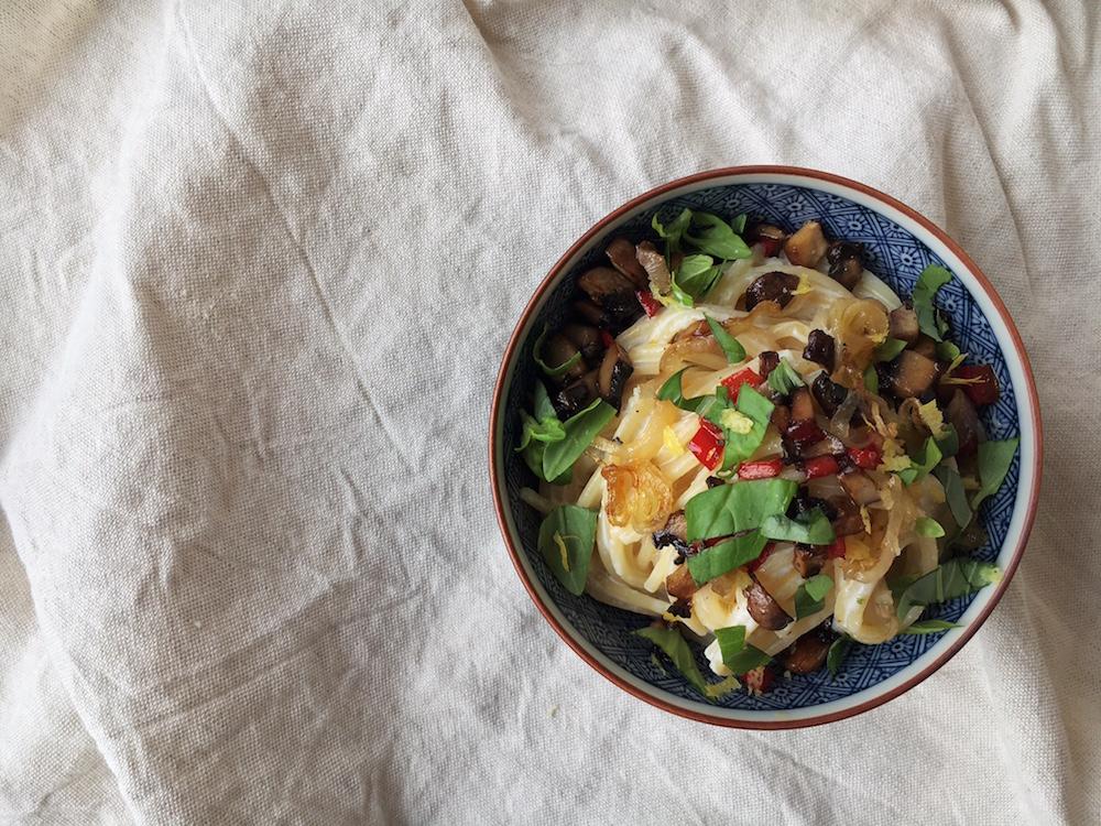 Spaghetti mit geröstetem Knoblauch-Ricotta, Pilzen, Paprika und Zitronenabrieb vegetarisch