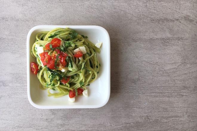 Spaghetti mit Bärlauchpesto, Tomaten und Mozzarella, vegetarisches Nudelrezept