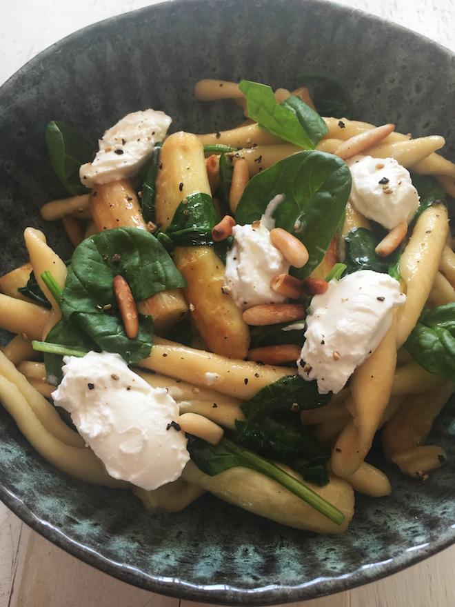 Nudeln mit Spargel, Babyspinat und Ziegenfrischkäsenocken. Vegetarisches Pastarezept