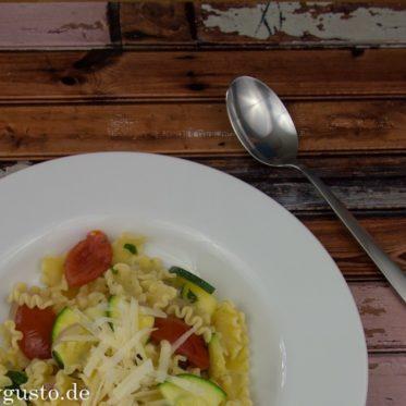 Rezept für schnelle, vegetarische Sommerpasta mit Zucchini, Tomaten und Parmesan. Einfaches Nudelrezept.