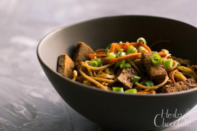 Bunte Gemüsenudeln mit Tamarinden-Erdnusssoße: Veganes Rezept für Nudeln. Gastbeitrag der Foodbloggerin Carla von Herbs&Chocolate