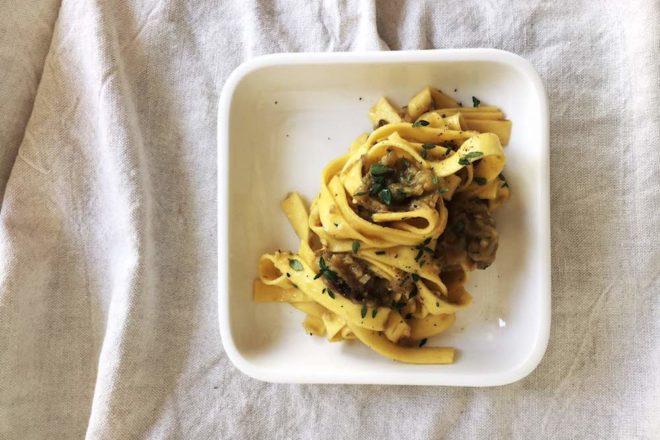 Megaleckeres Pastarezept: Nudeln mit Auberginenkaviar und frischen Kräutern. Vegan