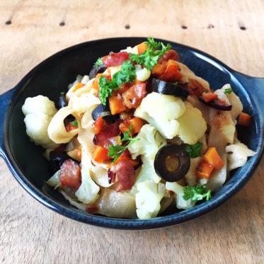 Rezept für Nudeln mit Blumenkohl, Süßkartoffeln, Schinken und schwarzen Oliven