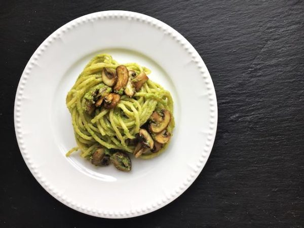 Nudeln mit Erbsen-Pesto und Pilzen. Veganes Nudel-Rezept