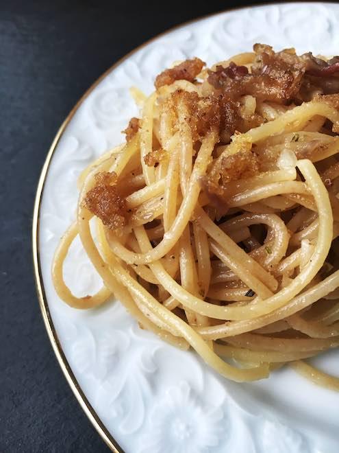 Spaghetti mit Lardo-Speck und Semmelbröseln. Schnelles Nudel-Rezept