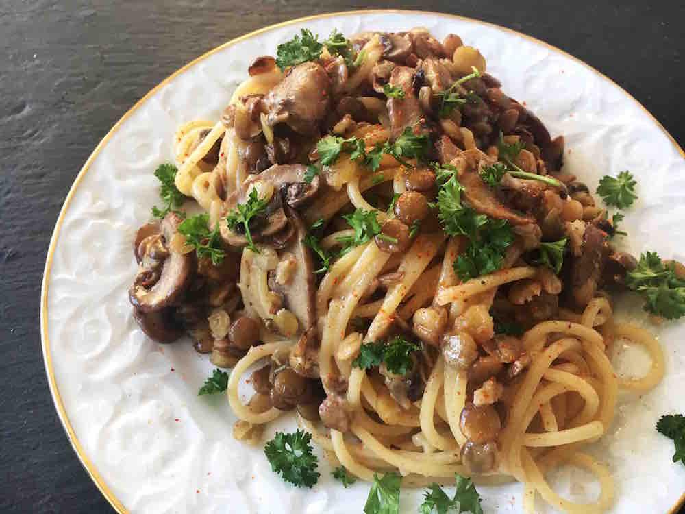 Nudel-Rezept für Spaghetti mit Linsen und Pilzen in einer Sahnesauce. Vegetarisch. Pasta