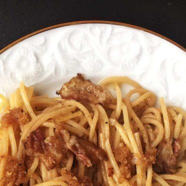Spaghetti mit Lardo-Speck, Rosmarin und Semmelbröseln. Schnelles Nudel-Rezept