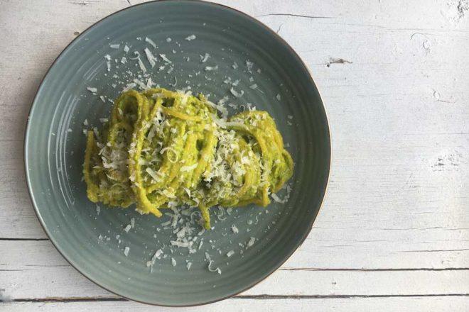 Rezept für cremiges Mangold-Pesto, perfekt zu Nudeln, vegetarisch