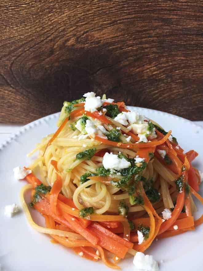 Nudeln mit Möhren, Schafskäse und Petersilien-Mandel-Öl, vegetarisches Pasta-Rezept