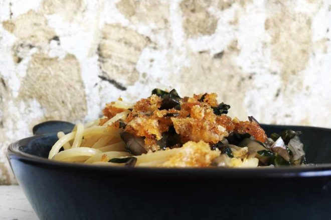 Rezept für Nudeln mit Mangold und Parmesanbröseln