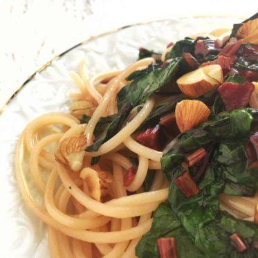 Veganes Rezept für Nudeln mit rote Bete Blättern und gerösteten Mandeln