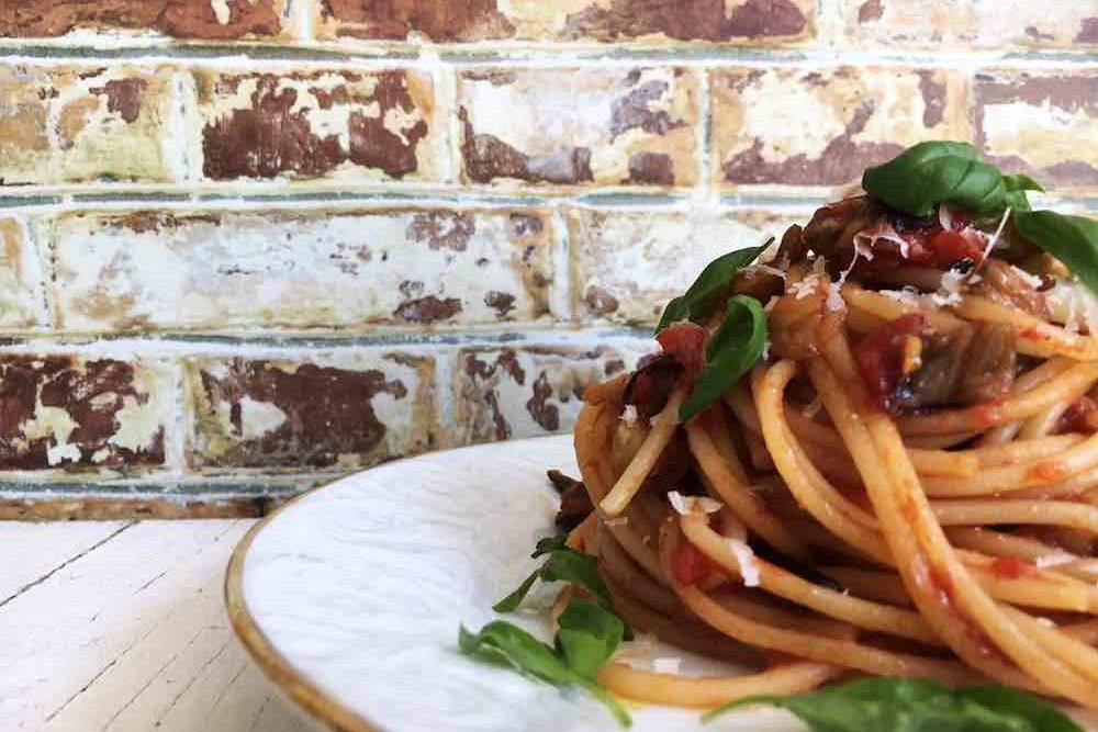 Pasta alla Norma, vegetarisches Nudelrezept mit Auberginen, Tomaten, Ricotta Salata und Basilikum