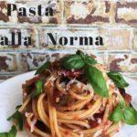 Pasta alla Norma, vegetarisches Nudelrezept mit Auberginen, Tomaten, Ricotta Salata und Basilikum. Grafik für Pinterest