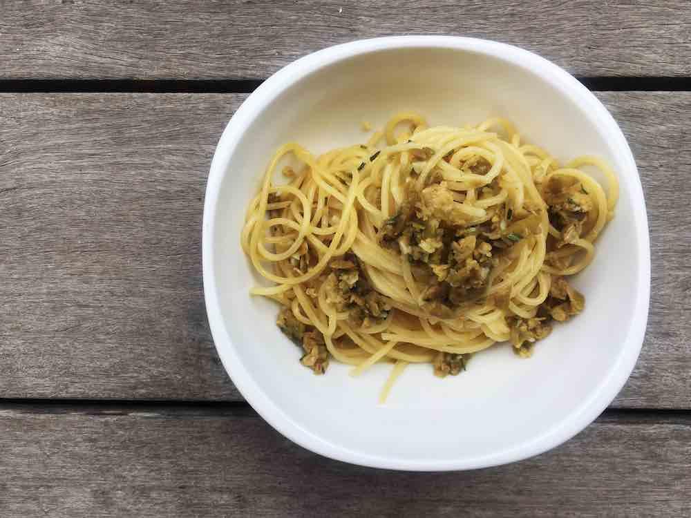 Vegetarische Nudeln mit Oliven-Tapenade