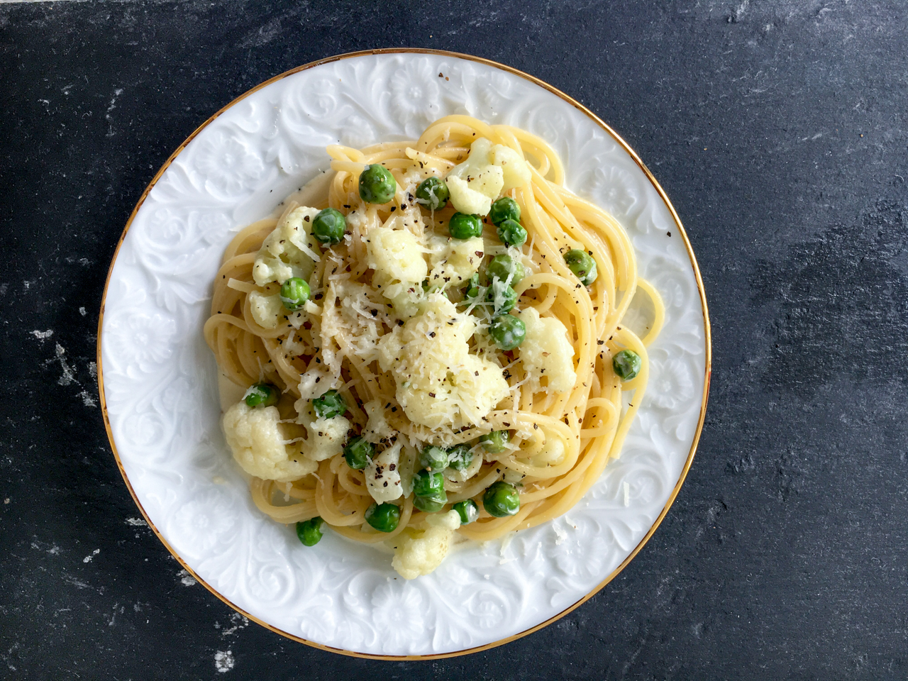 Rezept für Nudeln mit Blumenkohl und Erbsen in einer Käse-Sahne-Sauce. Vegetarisch. Pasta, Spaghetti
