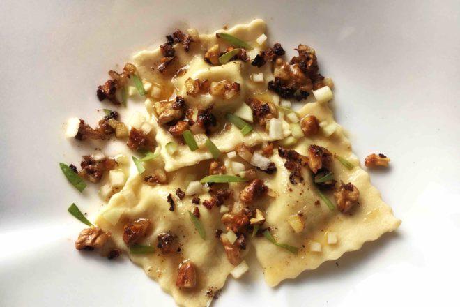 Selbstgemachte Ravioli mit Gorgonzola-Mascarpone Füllung an Butter-Walnuss-Butter mit Estragon, vegetarisch